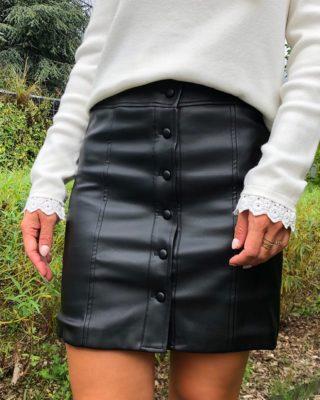 La jupe ALBA sera la pièce parfaite pour vos soirées d'automne 🖤 Coupe droite, modèle boutonné, elle vous donnera un look d'enfer ! ⚡️  www.lespiplettesstore.fr  #lespiplettes #shopping #mode #lille #vieuxlille #arras #paris #lemarais #valenciennes #amiens #letouquet #strasbourg #toulouse #eshop #nouvellecollection #capsule #backtonature #fashionstyle #fashionaddict